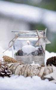 Weckglas als Windlicht - mit Birkenrinde umwickelt und mit Tannenzhapfen gefŁllt