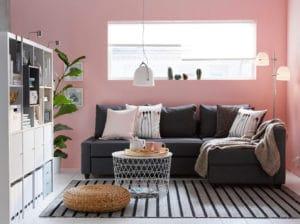 Soggiorno arredato con mobili Ikea che organizzano lo spazio