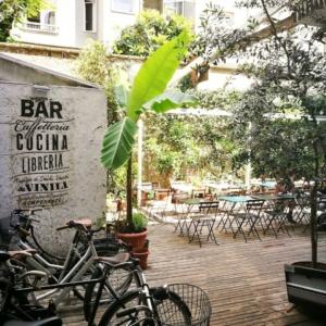 Area esterna coworking Santeria Milano con caffetteria bar