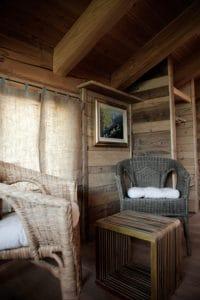Ambiente di relax arredato in stile valdostano per il B&B La Casa di Paglia di Verrayes