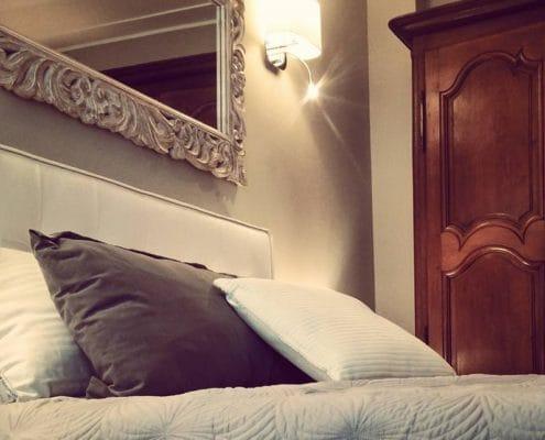 Allestimento di una camera da letto padronale in un appartamento ristrutturato in stile moderno con vista mare a Mentone