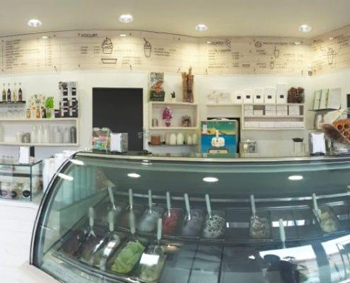 Vista degli interni di una gelateria ristrutturata a nuovo e arredata in stile scandinavo