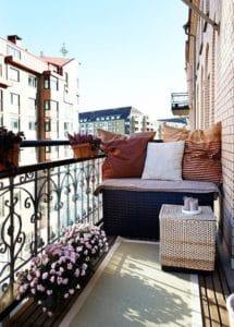 Come allestire un balcone di piccole dimensioni con bauli, panche e complementi d'arredo