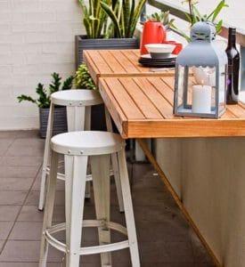 Come allestire un balcone di piccole dimensioni utilizzando un piano a ribalta per appoggio
