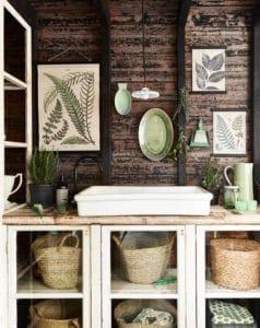 Stile boho chic all'interno di un bagno caratterizzato dalla presenza di complementi verdi