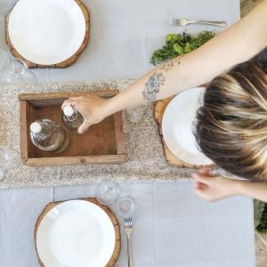 Must have per apparecchiare la tua tavola in estate è la bottiglia in vetro con tappo dell'ikea