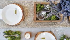 Apparecchiare la tavola in estate con elementi naturali e fiori