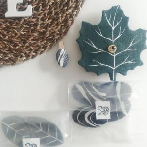 Elementi naturali in cartapesta per un orologio adesivo
