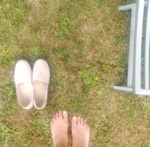 Camminare a piedi scalzi nel giardino di casa fa bene