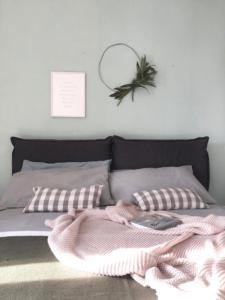 Come decorare la parete dietro al letto
